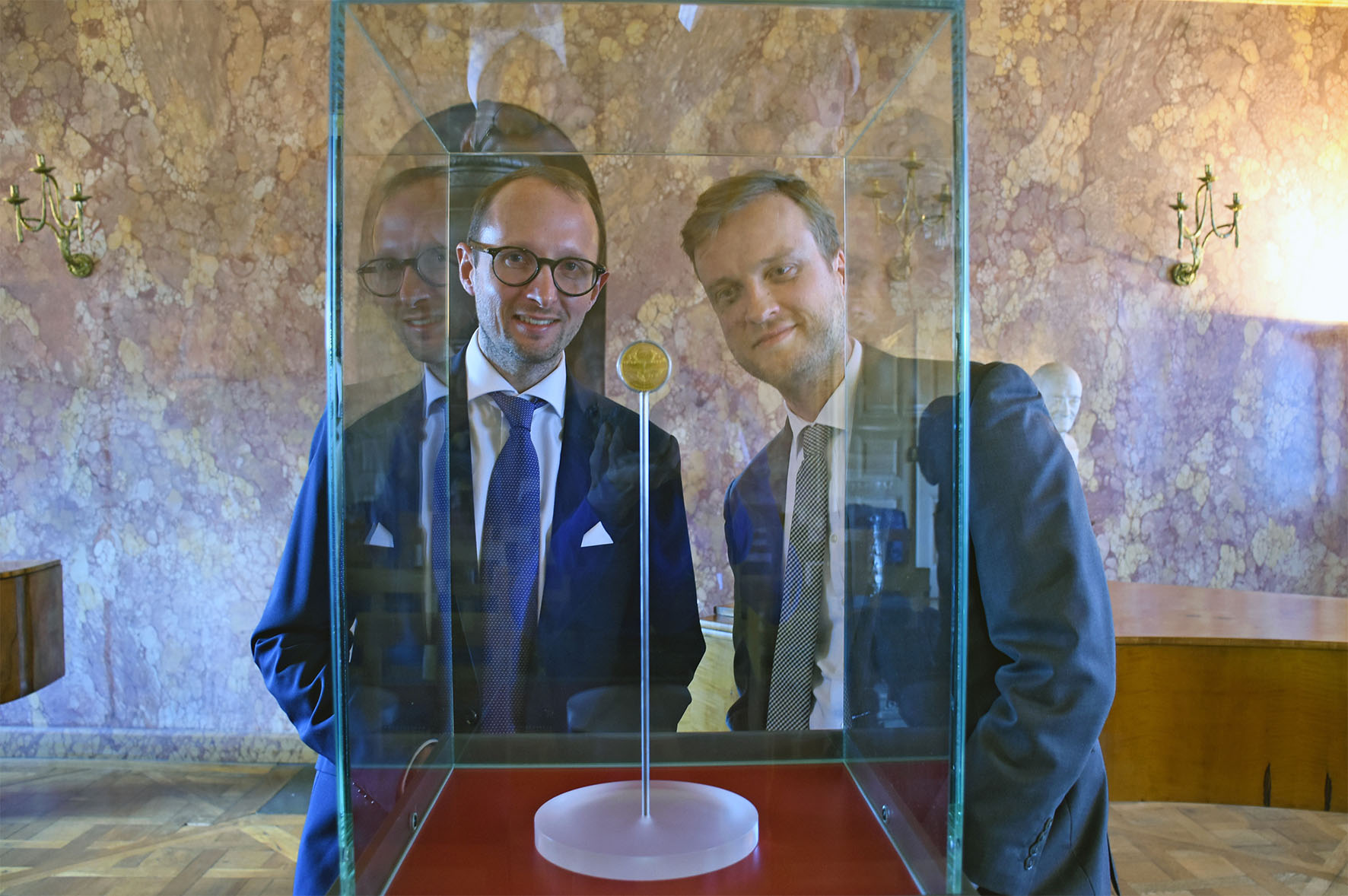 Dr. Sebastian Dohe (r.), custodian of art and artisan craftwork until 1650, Klassik Stiftung Weimar is excited about the addition to the collection, passed by Ulrich Künker (l.).